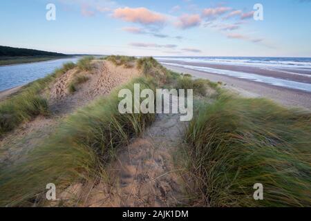 Lever du soleil sur les dunes de sable de Wells près de la plage de la mer à marée haute, Wells-Next-the-Sea, Norfolk, Angleterre, Royaume-Uni, Europe