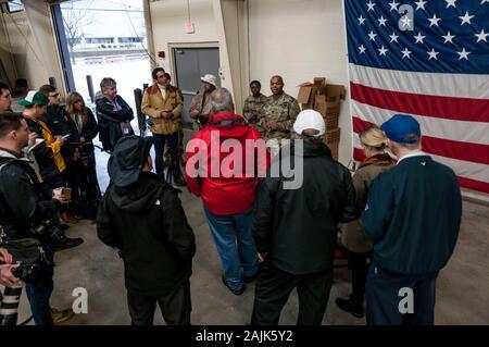 Le pape Army Airfield, NC, USA. 4 janvier, 2020. Le 4 janvier 2020 - LE PAPE ARMY AIRFIELD, N.C., USA - Le Lieutenant-colonel Mike Burns, division des affaires publiques, des mémoires les médias sur les parachutistes de l'armée américaine de la 1re Brigade Combat Team, 82e Division aéroportée, le déploiement du Pape Army Airfield, Caroline du Nord. L'option 'Tous les American Division' de la Force de réaction immédiate (FRI), basée à Fort Bragg, N.C., mobilisés pour le déploiement de la zone des opérations en réponse à l'augmentation du niveau des menaces contre le personnel américain et les installations dans la région. TodayÕS déploiement fait suite à l'1er déploiement