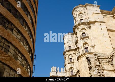 Le contraste de l'ancien et le nouveau bâtiment à Malaga, Espagne Banque D'Images