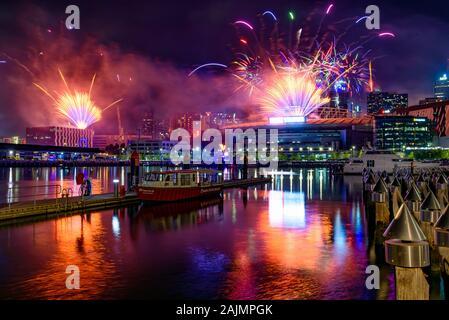 New Year's Eve Fireworks pour 2020 à Docklands, Melbourne, Australie