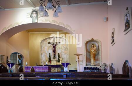 La décoration simple de l'art religieux et de bancs à l'intérieur de l'Église catholique dans Tubac , AZ Banque D'Images