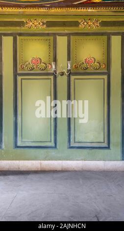 Beaux cadres sculptés élégante sur mur vert avec des frontière avec sol carrelé en marbre blanc, dans l'ancien bâtiment abandonné Banque D'Images
