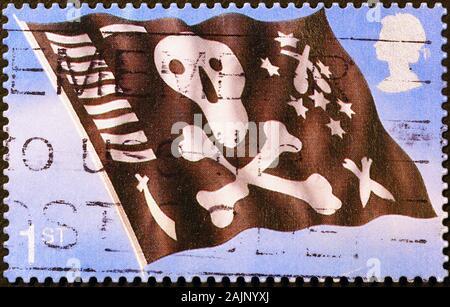 Le crâne et les os croisés sont drapeau sur le timbre-poste britannique