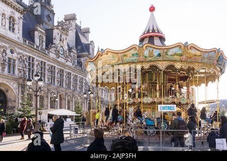 Hiver - Carrousel de paris en face de l'Hôtel de Ville pendant la période de Noël à Paris, France, Europe.