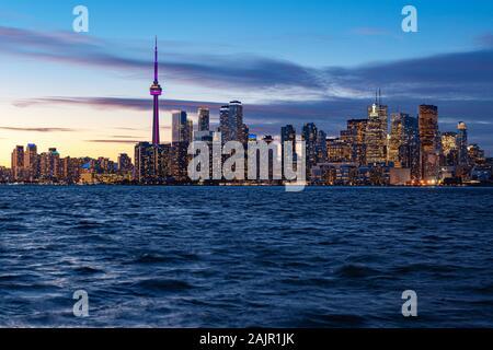 À la tombée de la ville de Toronto en Ontario, Canada.