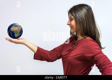 Monde dans votre main. Plan conceptuel pour la réussite de l'entreprise. Femme isolé sur fond blanc