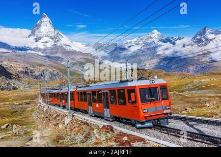 Zermatt, Suisse. Train touristique Gornergrat Matterhorn peak avec en arrière-plan. Banque D'Images