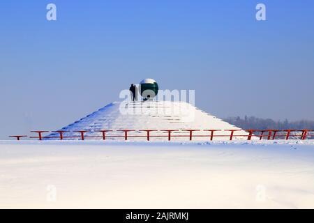 Paysage d'hiver enneigé, rues et une pyramide couverte de neige. Dans la ville, ville de Dnipro Dniepropetrovsk, Ukraine, Décembre, Janvier, Février