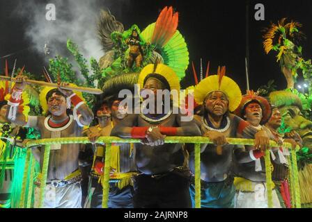 Rio de Janeiro, le 27 février 2017. Le Cacique Raoni du groupe ethnique caiapó, lors d'un défilé de l'école de samba Imperatriz Leopoldinense dans le Sambo