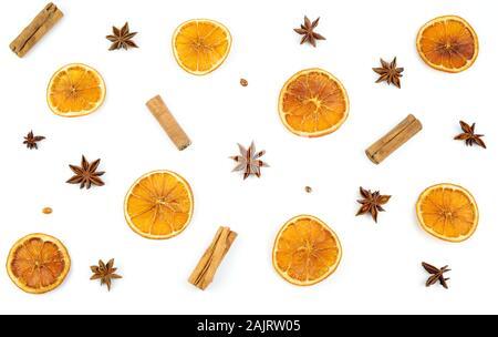 Concept de Noël. Vue de dessus avec des tranches d'orange séchée, de la cannelle et anis sur fond blanc. Composition d'hiver. Banque D'Images