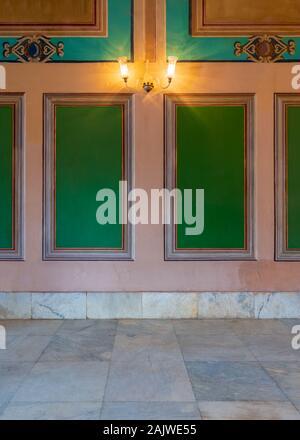 Belle sculpté élégant cadres verts sur mur orange avec des frontière et sol carrelé en marbre blanc, dans l'ancien bâtiment abandonné Banque D'Images