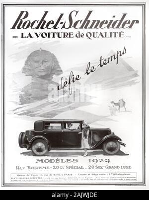 Publicité ancienne, Vintage annonce ou l'annonce d'un des modèles 1929 de la luxueuse voiture française Rochet-Schneider annonce 1929. Le modèle de luxe s'affiche avec deux femmes de l'obturateur sur un fond des pyramides et le sphinx de l'Egypte ancienne. Banque D'Images