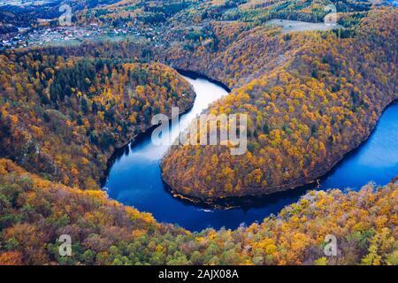 Belle Vyhlidka Maj, Lookout Maj, près de Teletin, République tchèque. Méandre de la rivière Vltava entouré de forêt d'automne (vue de dessus). Banque D'Images