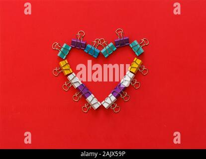 Bureau en métal multicolore trombones en forme de coeur de formage Banque D'Images