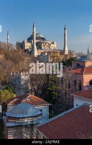 La basilique Sainte-Sophie à Istanbul, Turquie. Une ancienne Cathédrale chrétienne orthodoxe grecque, plus tard une mosquée impériale ottomane et maintenant un musée. Construit autour de l'annonce Banque D'Images