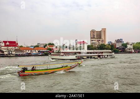 BANGKOK, THAÏLANDE - déc. 23, 2018: vue sur l'horizon nuageux spectaculaire des hautes tours et bâtiments gratte-ciel sur la rivière Chao Praya, à Bangkok. Banque D'Images
