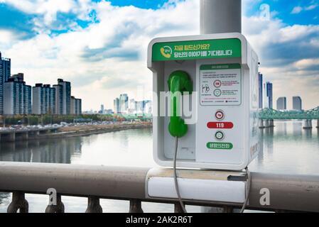 """Séoul, Corée du Sud - Nov 2019:Le Pont de la rivière Han à Séoul dispose d'un """"téléphone de l'amour"""", dans le but de prévenir le suicide. Banque D'Images"""