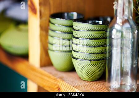 Libre de bols sur étagère dans restaurant préparé pour servir Banque D'Images