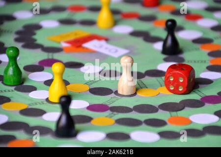 Soirée de jeu en famille avec self made la pratique de jeux avec les jetons et les dés