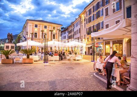 Lombardie/Salo: Abendstimmung auf der Piazza della Vittoria, Gardasee   conditions dans le monde entier