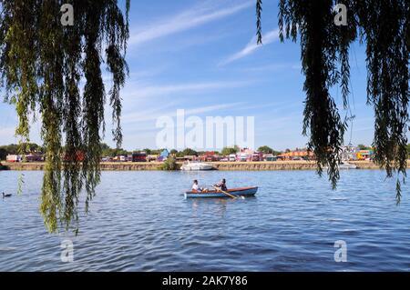 Couple dans un bateau à rames sur la Tamise à Windsor, Berkshire, England, UK Banque D'Images