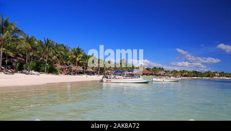 Akumal Bay et plage de sable blanc des Caraïbes, y compris les bateaux de pêche dans la région de Riviera Maya, la côte du Yucatan, Quintana Roo, Mexique