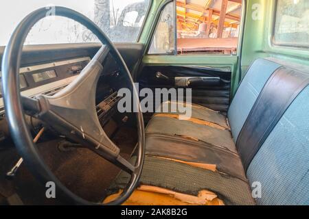 Old vintage voiture avec close up du volant et l'intérieur sale Banque D'Images