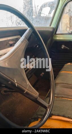Châssis vertical Old vintage voiture avec close up du volant et l'intérieur sale Banque D'Images