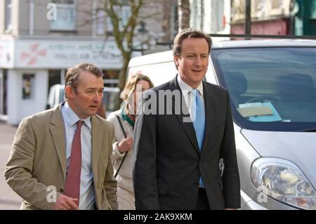 Simon Hart, qui est maintenant secrétaire d'État pour le pays de Galles avec le futur premier ministre conservateur, David Cameron, lors d'une visite de Carmarthen en 2009.