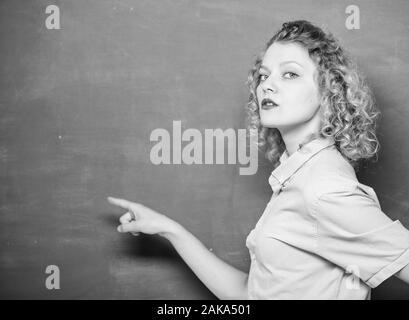 Regardez ce jour.. la connaissance de l'information tableau vide. l'éducation. Les étudiants la vie. femme enseignant à l'école leçon. retour à l'école. femme aime étudier. élève pointant sur tableau noir. la copie de l'espace. Banque D'Images