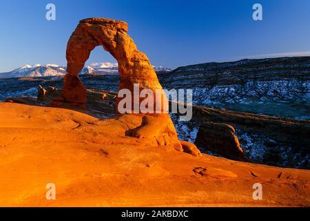 Paysage avec arc en grès naturel désert, Delicate Arch, Arches National Park, Utah, USA Banque D'Images