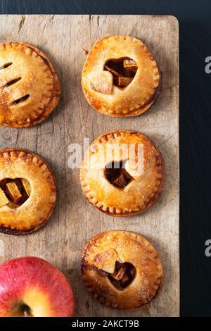 Valentin idée concept alimentaire boulangerie pâtisserie à la cannelle pommes maison tarte à la main sur fond noir