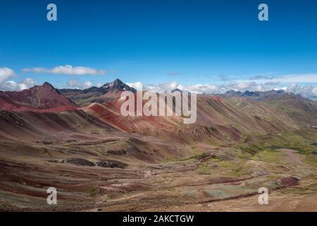 Rainbow Mountain ou Vinicunca (Winikunka) ou Montaña de Siete Colores (Montaña de Colores) dans les montagnes des Andes au Pérou Banque D'Images