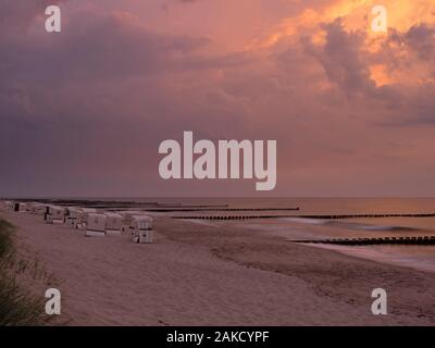 Coucher de soleil spectaculaire sur la mer Baltique près de Ahrenshoop, Mecklembourg-Poméranie-Occidentale, Allemagne Banque D'Images