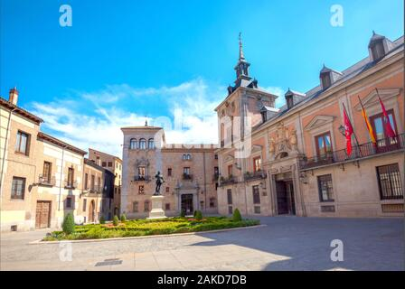 Vue de la place historique Plaza de la Villa avec l'ancien hôtel de ville. Madrid, Espagne Banque D'Images