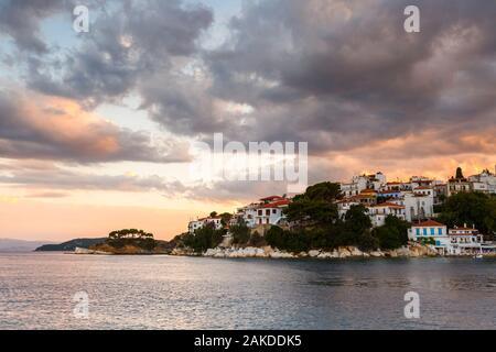 Vue du soir de la ville de Skiathos Sporades en Grèce. Banque D'Images
