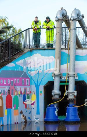 Le personnel de l'Agence de l'environnement le pompage de l'eau de l'inondation de Hardwicke Circus à Carlisle, Cumbria, le mardi 8 décembre 2015, après une pluie torrentielle de storm Desmond. En Angleterre, Royaume-Uni, décembre 2015. Banque D'Images