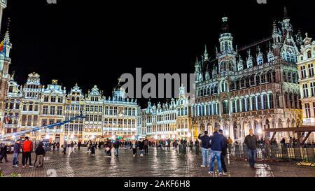 Bruxelles, Belgique, Italie - 15 novembre 2019: Photo de nuit des façades illuminées sur la Grand Place ou carré également utilisé en anglais ou Grote Markt ou Gr