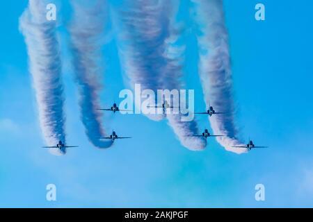 Saudi Hawks est une équipe aérobique de la BAE (British Aerospace) Hawk EQUIPed Royal Saudi Air Force. Cette exposition était en décembre 2019 à la Corniche d'Abu Dhabi