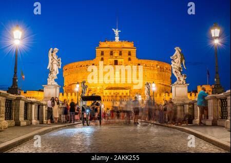 Vue sur le coucher du soleil de l'été sur le château Saint Angelo sur les rives du Tibre à Rome, Italie. Conçu et construit par l'empereur romain Hadrien Banque D'Images