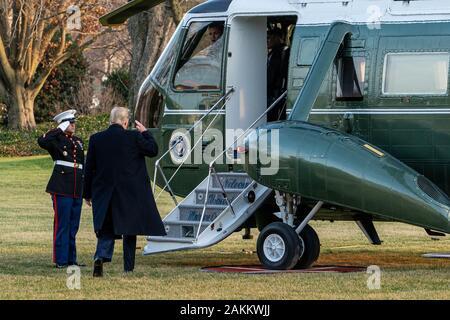 Washington, United States. 09Th Jan, 2020. Le Président américain Donald Trump promenades pour un marin sur la pelouse Sud de la Maison Blanche pour un départ de Toledo (Ohio) pour un grand rassemblement en Amérique Garder DC le Jeudi, Janvier 9, 2020. En ce qui concerne le jet de l'Ukraine plus tôt aujourd'hui, le Président Donald Trump a dit qu'il ne croit pas qu'une défaillance mécanique a causé le crash de jet après le décollage à Téhéran et a suggéré que 'quelque chose de terrible est arrivé.' très photo de Ken Cedeno/UPI. Credit: UPI/Alamy Live News