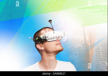 Guy avec drone/vr Lunettes. sur un arrière-plan avec la technologie moderne. La technologie moderne. beau mec. Banque D'Images