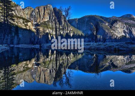Reflets dans la rivière Merced Yosemite le matin à
