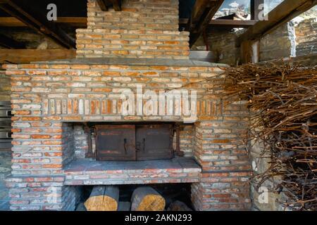Four traditionnel en briques avec bois pour la cuisson en extérieur en Europe. Banque D'Images