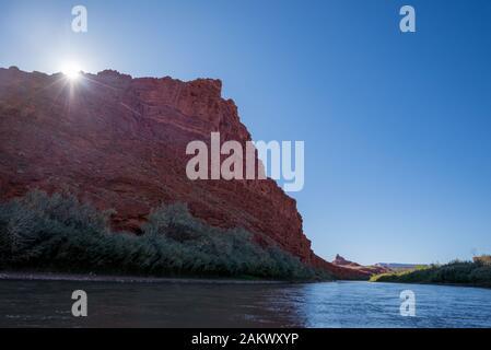 Mexican Hat Rock formation au-dessus de la Rivière San Juan, dans le sud de l'Utah. Banque D'Images