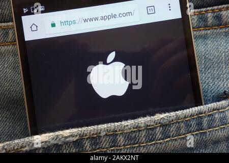 Site web d'Apple affiche sur smartphone caché dans la poche de jeans Banque D'Images