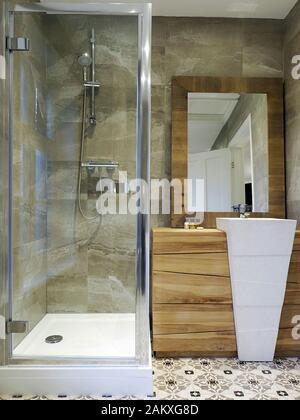 L'élégant rénové et très moderne salle de bains privative dans une petite boutique country hotel montrant un niveau de finition.