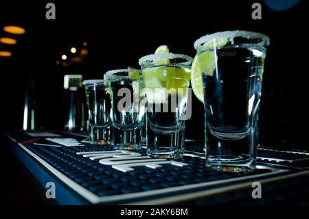 Tequila mexicain avec chaux et sel sur fond noir Banque D'Images
