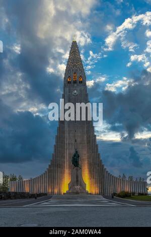 L'église Hallgrimskirkja extérieur du bâtiment la nuit à Reykjavik, Islande, Europe. Banque D'Images