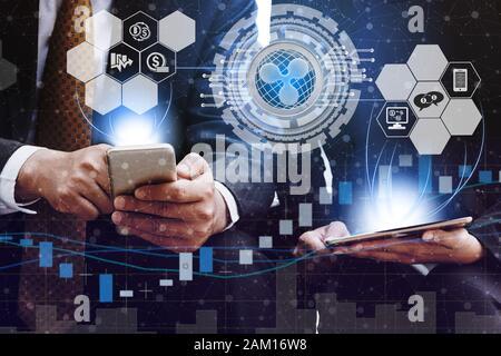 Ondulation et cryptocurrency investir concept - couple demande d'échange avec un autre négociant Ripple XRP graphique moderne en int Banque D'Images